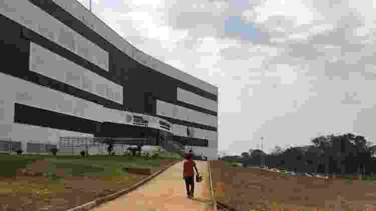 Francisco (nome fictício) caminha na Cidade da Justiça, em Rio Branco, para saber mais sobre o andamento processual de seu irmão mais novo, que está preso - 23.ago.2019 - Luís Adorno/UOL
