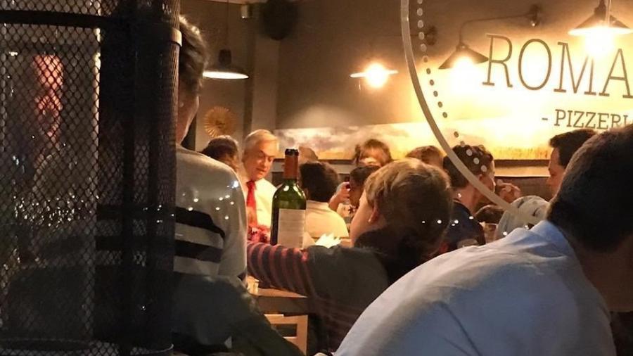 O presidente do Chile, Sebastián Piñera, é visto em uma pizzaria de um bairro nobre em Santiago em meio aos protestos na capital - Reprodução/Twitter