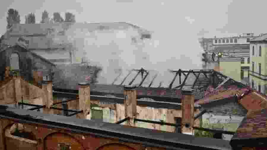 Telhado se desfaz com incêndio no prédio do Cavallerizza Reale, em Turim, Itália - Vigili del Fuoco/Reuters