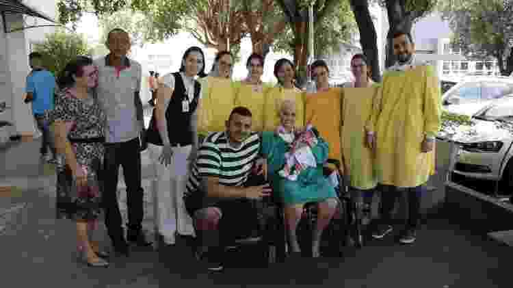 Natalia Cristina da Cruz Oliveira posa com a filha, familiares e funcionários do Hospital de Base - Divulgação - Divulgação