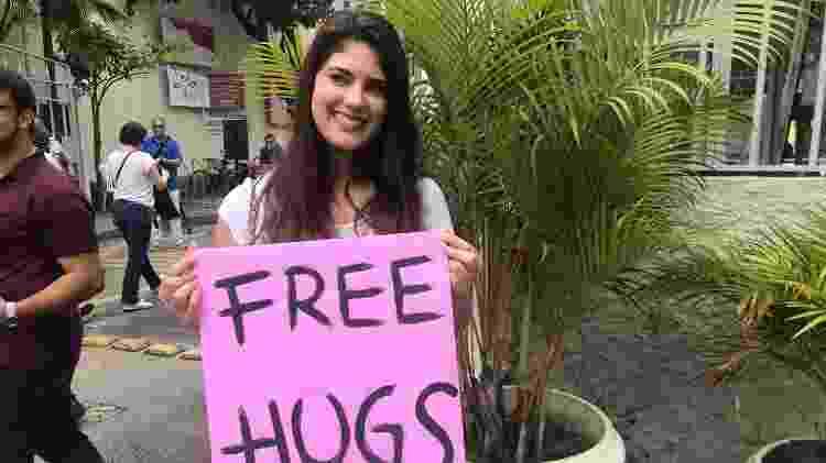 "Voluntária segura cartazes com a frase ""Free hugs"" - Marina Lang/UOL - Marina Lang/UOL"