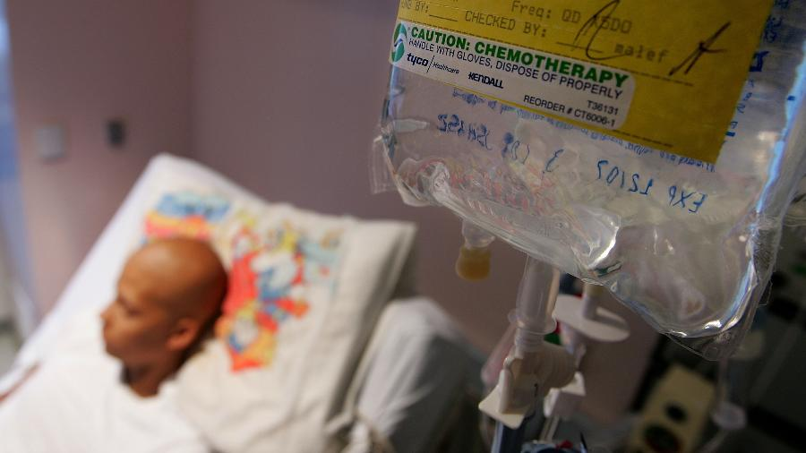 Paciente com câncer recebe tratamento de quimioterapia nos Estados Unidos - Justin Sullivan/Getty Images