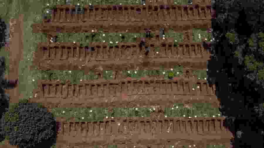 31.mar.2020 - Vista aérea do cemitério da Vila Formosa, em São Paulo, o maior da América Latina, que teve aumento de 30% no número de enterros após o início da pandemia de coronavírus  - Nelson Almeida/AFP