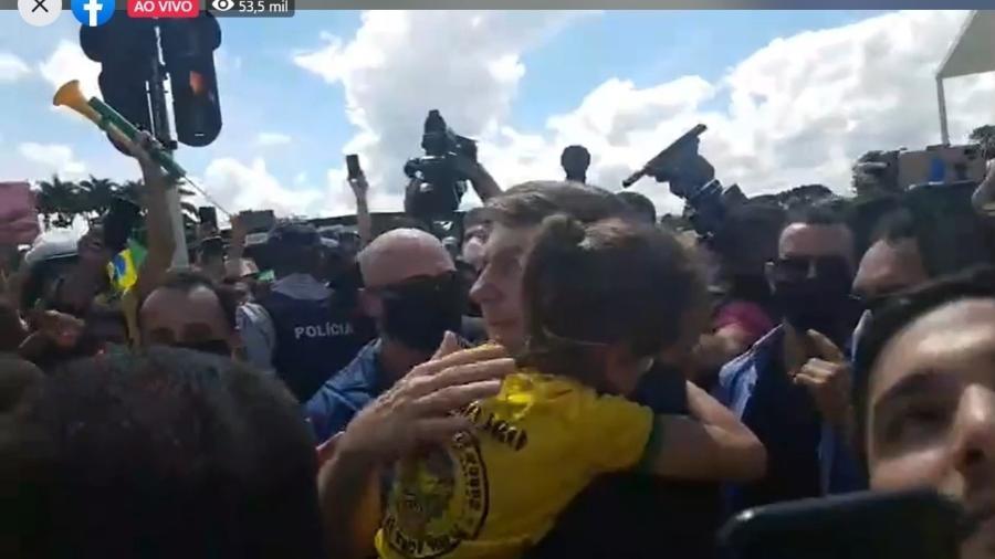 24.mai.2020 - Jair Bolsonaro (sem partido) segurando criança no colo durante ato em Brasília - Reprodução / Facebook