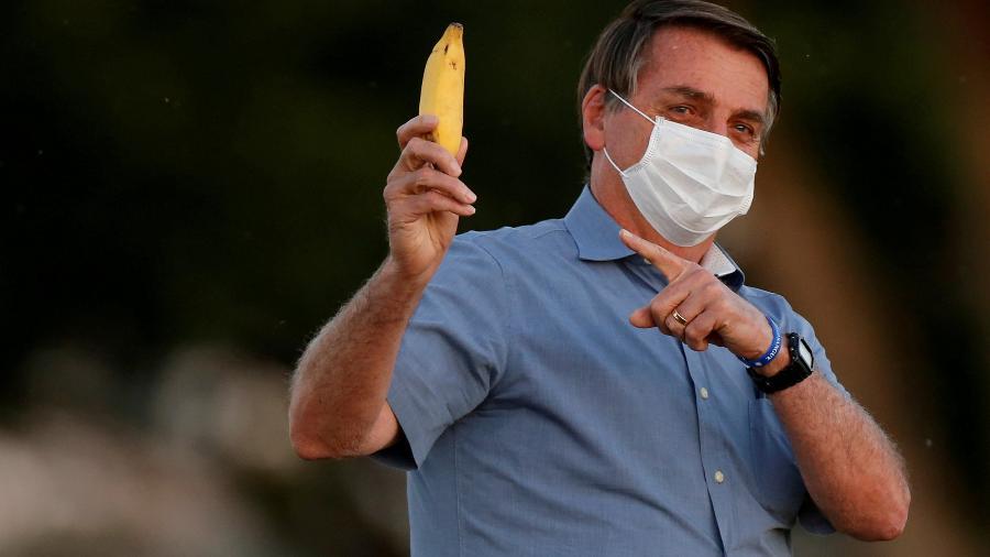 Presidente Jair Bolsonaro segura banana no Palácio da Alvorada -