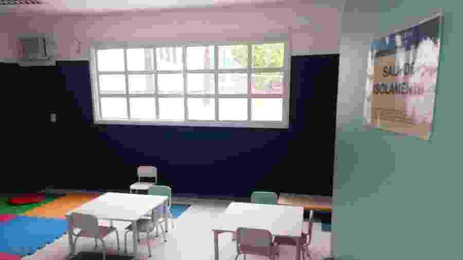 Sala de isolamento na Escola Primeiro Passo, que será utilizada em casos de suspeita do novo coronavírus - Alex Tajra/ UOL