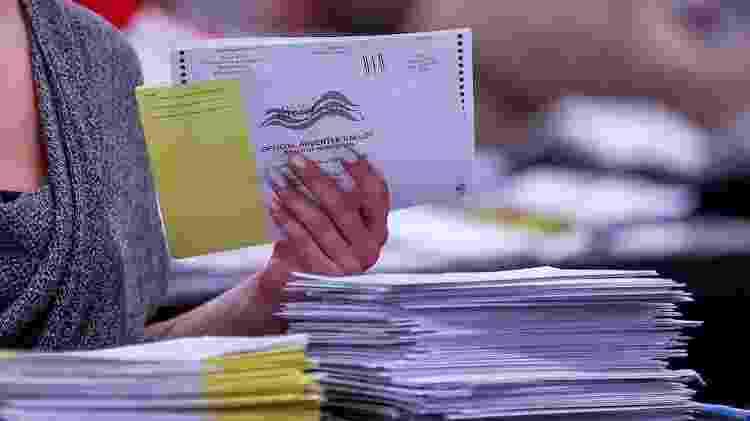 Cédulas de votação enviadas por correspondência são contabilizadas em Atlanta, na Geórgia - EFE/EPA/ERIK S. LESSER - EFE/EPA/ERIK S. LESSER