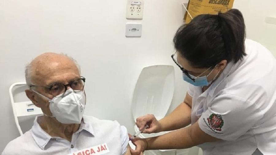 Eduardo Suplicy (PT-SP) recebeu a primeira dose do imunizante em um centro médico na zona oeste de São Paulo - Reprodução