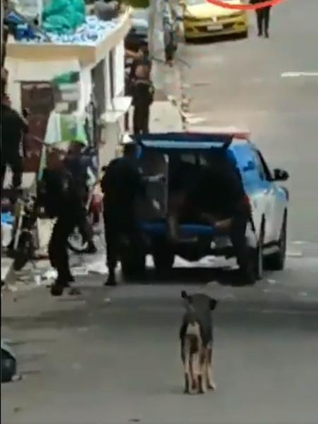 Vídeo feito por moradores mostra policiais colocando corpos na caçamba de uma viatura - Reprodução