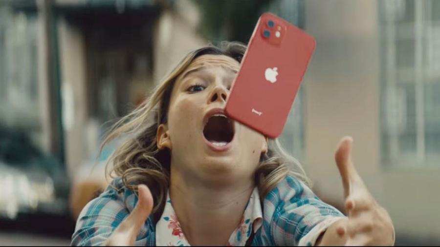 """Comercial da Apple mostra iPhone 12 caindo """"de cara"""" no chão... e saindo intacto - Reprodução/Apple"""
