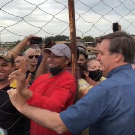 O presidente Jair Bolsonaro conversa com moradores de Goianápolis (GO)  - Reprodução/Instagram/Major Vitor Hugo