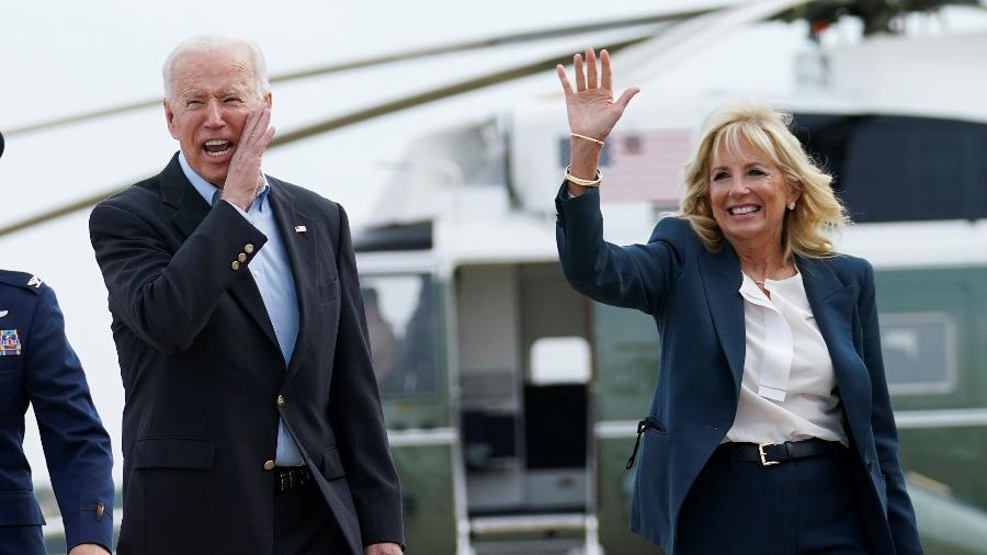09.jun.2021 - O presidente dos EUA, Joe Biden, faz uma pausa com a primeira-dama Jill Biden antes de embarcar rumo à Inglaterra para participar da Cúpula do G-7. É a primeira viagem ao exterior de sua presidência. - REUTERS / Kevin Lamarque