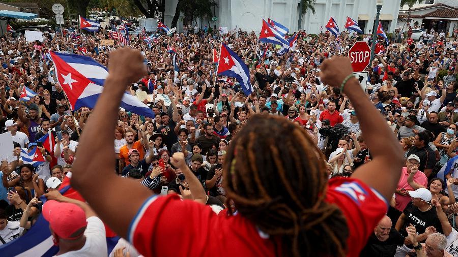 11.jul.2021 - Em Miami (EUA), manifestantes protestam em apoio ao povo de Cuba, que foi às ruas contra o governo de Miguel Díaz-Canel - Joe Raedle/Getty Images