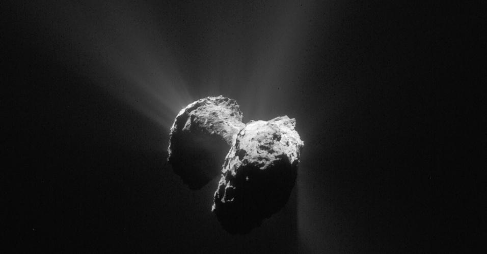 6.ago.2015 - Esta imagem inédita foi feita pela sonda Rosetta em 8 de julho, a 152 km de distância do cometa 67P / Churyumov-Gerasimenko, isto é, apenas algumas semanas de distância da órbita do corpo celeste. Em 6 de agosto de 2014, a sonda iniciou observações detalhadas, incluindo o mapeamento da superfície do núcleo em busca de um local de pouso adequado para sonda Philae