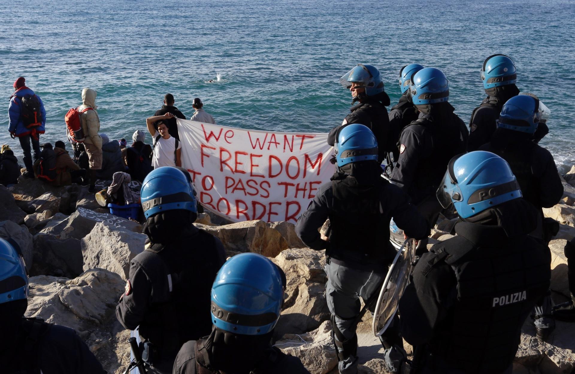 30.set.2015 - Refugiados e imigrantes protestam contra o fechamento do acampamento para refugiados em Ventimiglia, na Itália, fronteira com a França. A Jusitça italiana tomou a decisão cumprida pela Polícia. Cerca de 50 pessoas foram retiradas do local