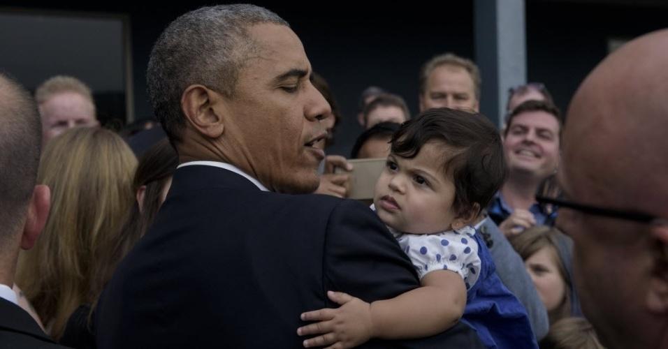 9.out.2015 - O presidente dos Estados Unidos, Barack Obama, pega um bebê no colo ao chegar no aeroporto internacional de King County, em Seattle, Washington. Obama está viajando para angariar fundos para a campanha dos democratas