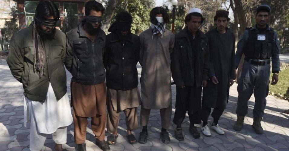 20.jan.2016 - Polícia do Afeganistão apresenta seis supostos militantes do Estado Islâmico presos após confrontos entre o grupo terrorista e forças de segurança afegãs na província de Nangarhar