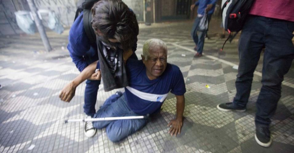 21.jan.2016 - Senhor passa mal em meio à dispersão de manifestantes por policiais militares na avenida Ipiranga, em frente à praça da República, no centro de São Paulo, durante o 5º ato do Movimento Passe Livre (MPL) contra o aumento da tarifa do transporte público na cidade