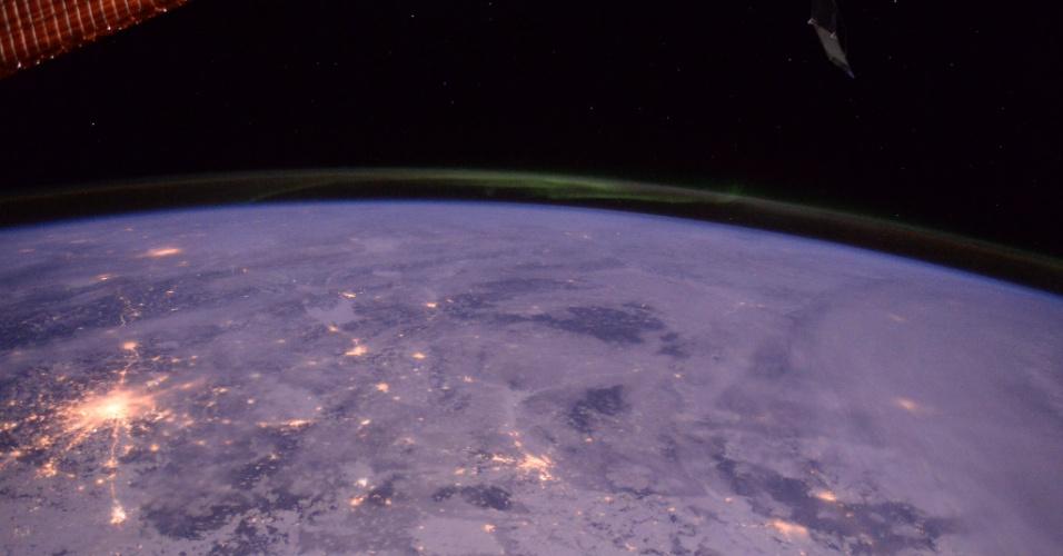27.jan.2016 -  O astronauta inglês Tim Peake, que mora na ISS (Estação Espacial Internacional), postou em seu Twitter o momento em que passou por Moscou, na Rússia. A imagem registrou a quantidade de neve que cobre a cidade e o evento da aurora boreal