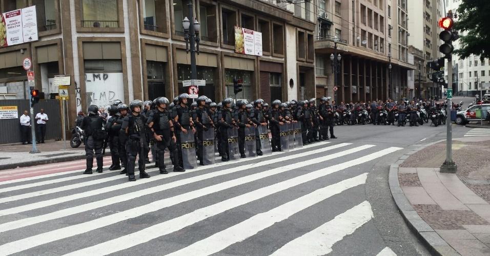 28.jan.2016 - Policiais militares acompanham movimentação de manifestantes do MPL (Movimento Passe Livre) no sétimo ato contra o aumento da tarifa do transporte público em São Paulo, em frente à prefeitura