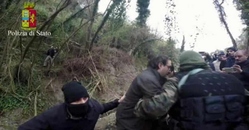29.jan.2016 - Imagem retirada de vídeo divulgado pela polícia italiana mostra o momento da prisão dos chefes da máfia Ndrangheta após serem descobertos em uma caverna, onde se escondiam há anos, em Reggio Calabria. Giuseppe Ferraro era procurado desde 1998 e Giuseppe Crea estava foragido desde 2006