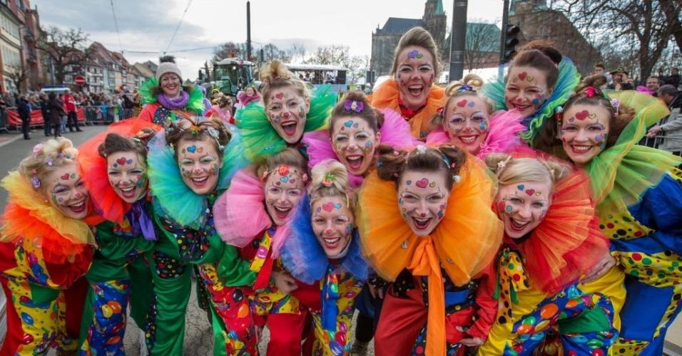 ERFURT, ALEMANHA - Pessoas posam para foto durante desfile de carnaval em Erfurt, na Alemanha