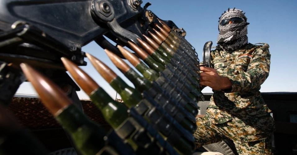 19.fev.2016 - Soldado iraquiano prepara munição enquanto anda em veículo armado que fica estacionado perto da fronteira entre o Iraque e a Arábia Saudita