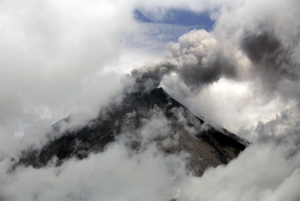 27.fev.2016 - Vulcão Tungurahua expele cinzas em Cahuachi, ao sul de Quito, no Equador. Autoridades locais elevaram o nível de alerta depois de um aumento das atividades do vulcão, que expeliu uma coluna de cinzas de cinco quilômetros de altura
