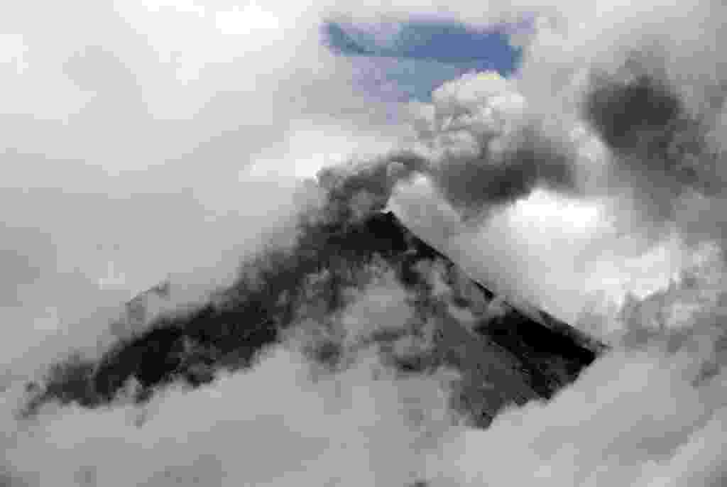 27.fev.2016 - Vulcão Tungurahua expele cinzas em Cahuachi, ao sul de Quito, no Equador. Autoridades locais elevaram o nível de alerta depois de um aumento das atividades do vulcão, que expeliu uma coluna de cinzas de cinco quilômetros de altura - Juan Cevallos/ AFP