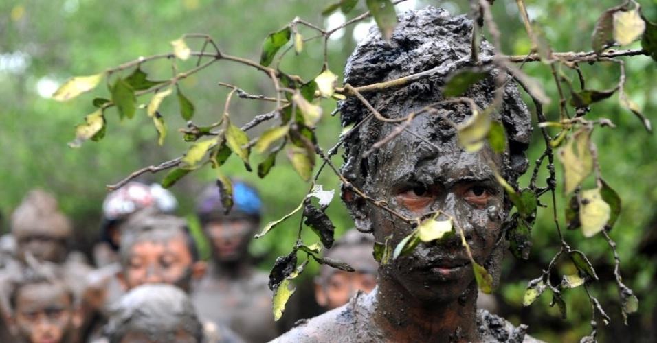 10.mar.2016 - Balineses colocam lama em seus corpos durante banho de lama tradicional conhecido como Mebuug-buugan, no vilarejo de Kedonganan, na ilha indonésia de Bali. O Mebuug-buugan é realizado para purificação