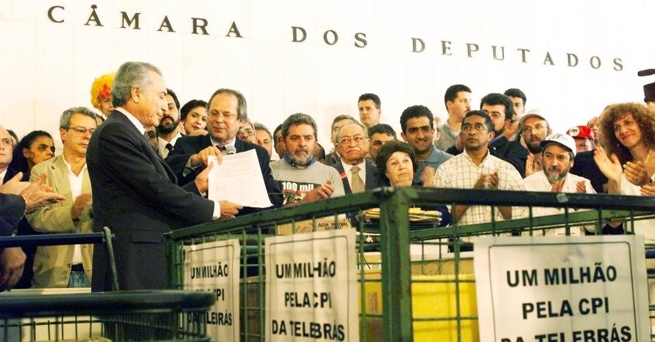 26.ago.1999 - José Dirceu, junto com Luiz Inácio Lula da Silva, Vicentinho e outros representantes da oposição, entrega abaixo-assinado com um milhão de assinaturas ao então presidente da Câmara, deputado Michel Temer, pedindo a criação da CPI da Telebrás