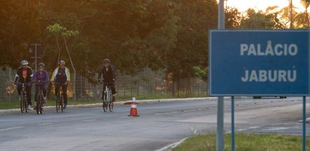Dilma Rousseff anda de bicicleta nos arredores do Palácio da Alvorada