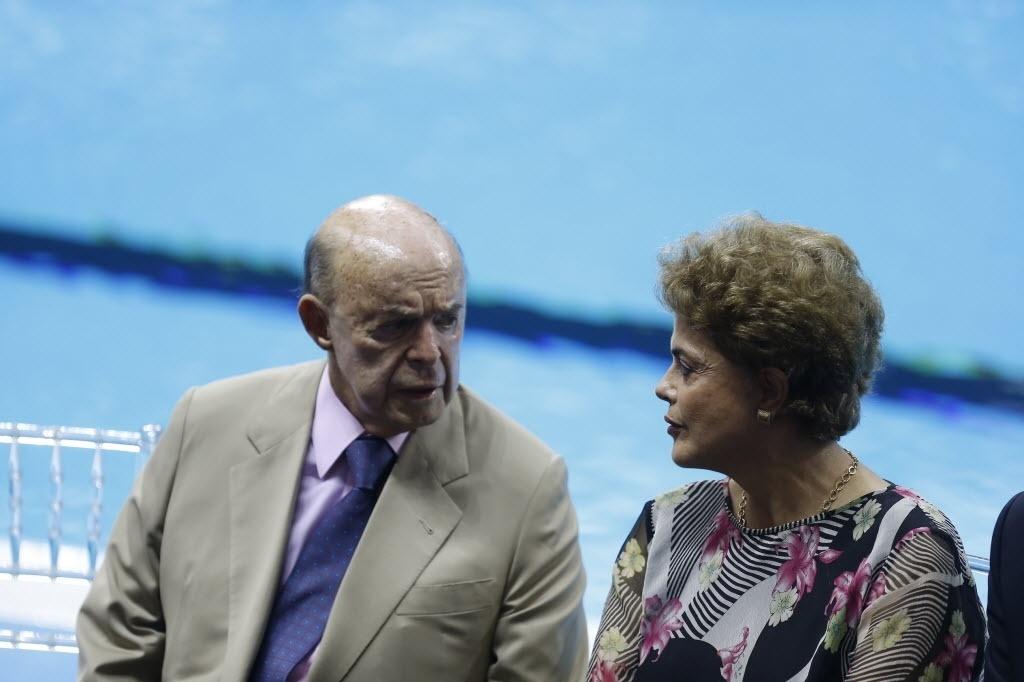 18.abr.2016 - Francisco Dornelles (PP-RJ), vice-governador do Rio de Janeiro, conversa com a presidente Dilma Rousseff (PT)