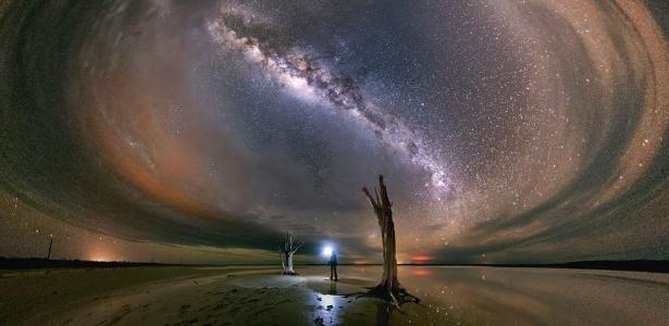 Céu cheio de estrelas e Via Láctea podem ser observados em foto de longa exposição