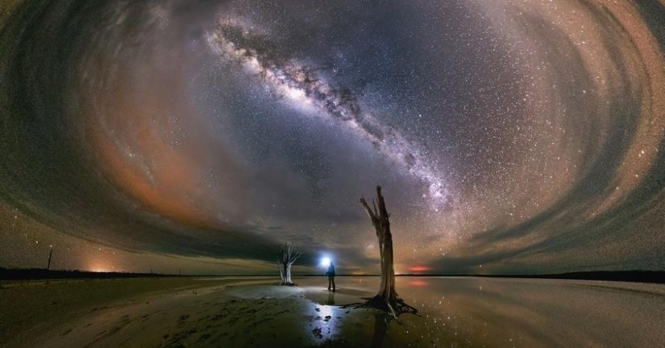"""20.abr.2016 - """"A câmera é mais sensível que o olho humano - então (a paisagem) não é exatamente assim, mas ver o céu cheio de estrelas e a sombra fraca da Via Láctea e suas faixas centrais de poeira, com o ocasional meteoro passando pelo céu, é uma lição de humildade e é inspirador"""", disse Goh"""