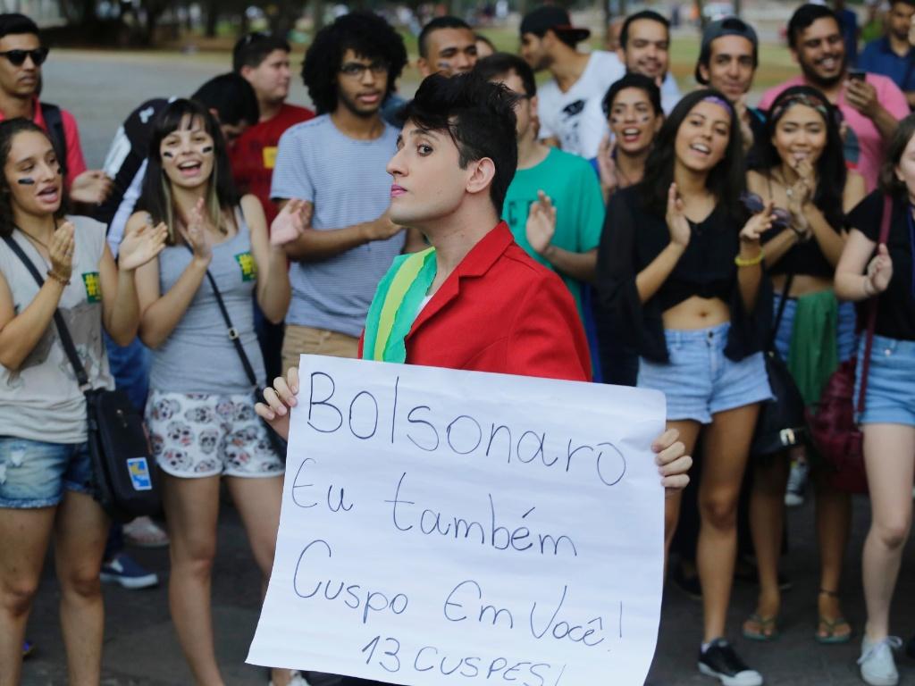23.abr.2016 - Jovem se veste como a presidente Dilma Rousseff segura faixa contra o deputado federal Jair Bolsonaro (PSC-RJ) durante ato de estudantes em protesto contra o processo de impeachment da presidente Dilma Rousseff, na região central de São Paulo