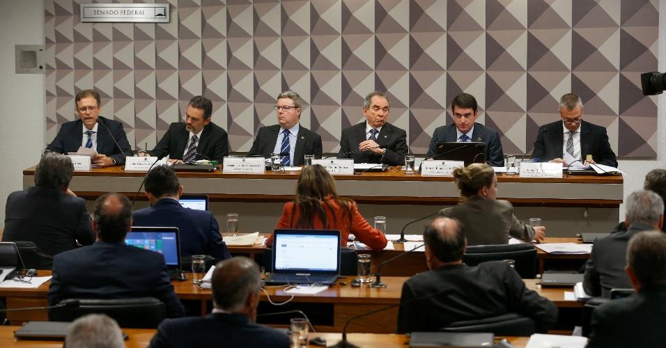 2.mai.2016 - Senadores ouvem três especialistas em Direito indicados pela oposição para falar sobre o processo de afastamento da presidente Dilma Rousseff, durante sessão da comissão especial de impeachment do Senado