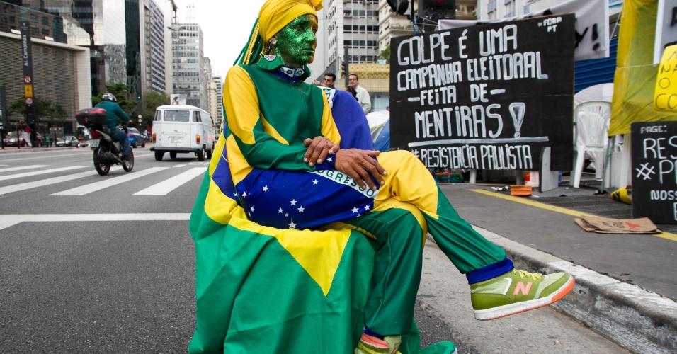 """11.mai.2016 - Manifestante protesta a favor do impeachment da presidente Dilma Rousseff, no acampamento da avenida Paulista, em São Paulo. Seu personagem se chama """"Brasil, Mostra Sua Cara"""""""
