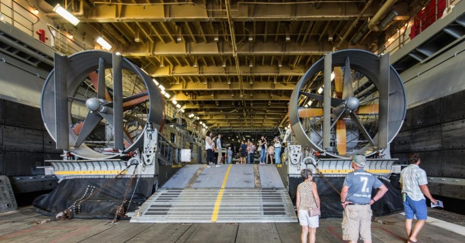 27.mai.2016 - Hovercraft estava entre os veículos a bordo do USDS Bataan (LHD-5) expostos ao público de Nova York. Homens e mulheres do serviço das forças armadas dos EUA visitam a cidade de Nova York como parte das comemorações do Memorial Day, feriado norte-americano que homenageia os americanos mortos em combate