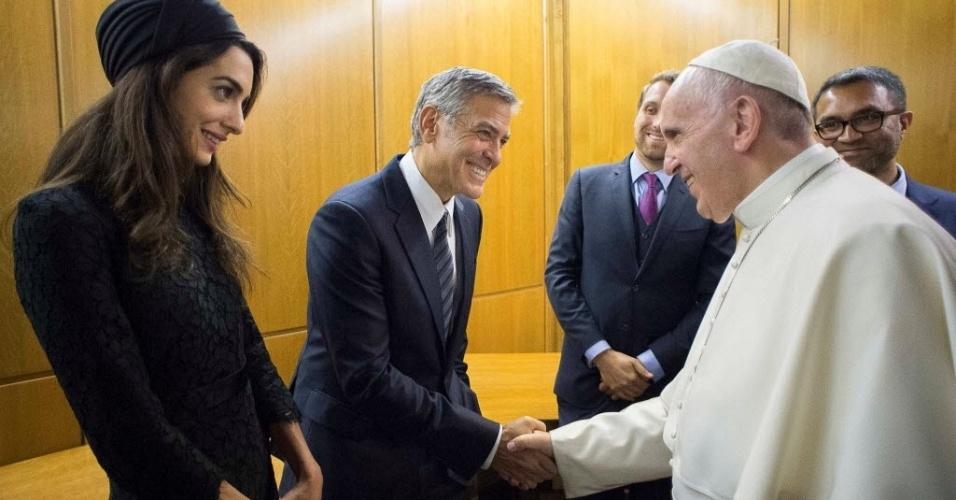 """29.mai.2016 - O papa Francisco se encontrou com o ator norte-americano George Clooney e sua mulher, Amal Alamuddin, neste domingo, no Vaticano. O também ator Richard Gere também esteve presente no encontro. Clooney e Gere receberam do papa o prêmio """"Oliveira da Paz"""" por suas iniciativas sociais"""