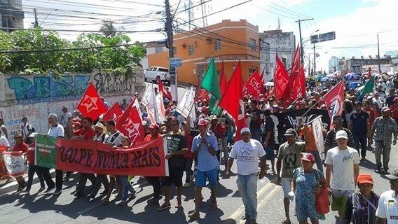 10.jun.2016 - Manifestantes protestam contra o governo interino de Michel Temer em Maceió