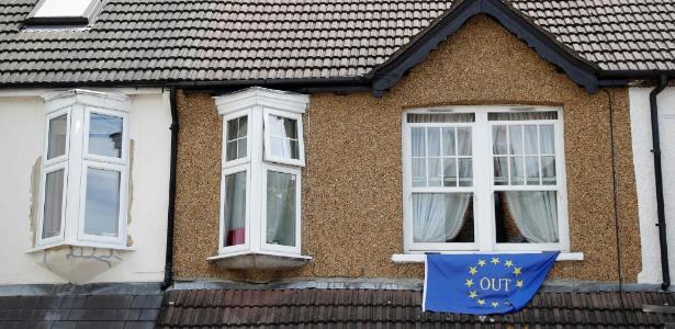Bandeira de campanha pela saída do Reino Unido da União Europeia é pendurada em casa em Carshalton, no sul de Londres