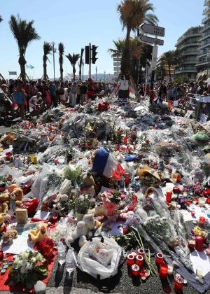 Flores são depositadas na rua onde ocorreu o atentado na cidade de Nice, na França