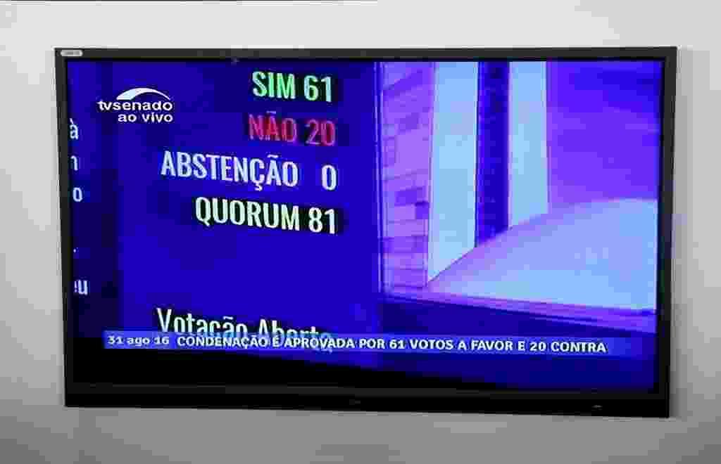 30.ago.2016 - Painel eletrônico mostra o total de votos dos senadores durante a sessão final do impeachment. O Senado do Brasil aprovou às 13:35 por 61 votos a favor e 20 contra a perda do mandato da presidente Dilma Rousseff, condenada por crime de responsabilidade - Li Ming/Xinhua