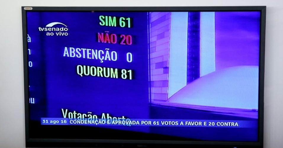 30.ago.2016 - Painel eletrônico mostra o total de votos dos senadores durante a sessão final do impeachment. O Senado do Brasil aprovou às 13:35 por 61 votos a favor e 20 contra a perda do mandato da presidente Dilma Rousseff, condenada por crime de responsabilidade