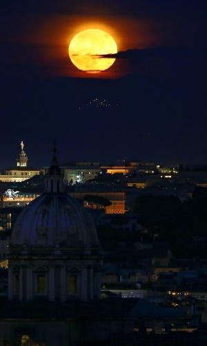 14.nov.2016 - A superlua ilumina a noite de Roma. O fenômeno acontece quando a lua cheia coincide com o momento em que o satélite está mais próximo da Terra
