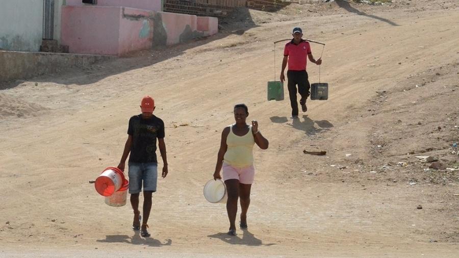 19.dez.2016 - A caminha até um chafariz virou rotina em Alagoinha (PE). Como são apenas quatro chafarizes em toda a cidade, os moradores precisam, em alguns casos, fazer longas caminhadas com baldes para buscar água. No Matadouro Municipal, por exemplo, cada família tem direito a seis baldes de água por dia - Beto Macário/ UOL