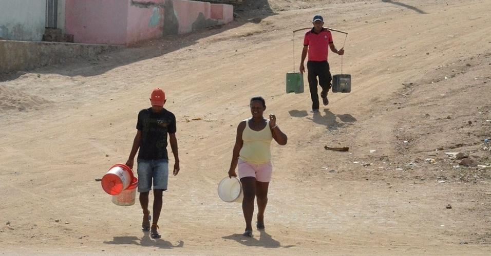 19.dez.2016 - A caminha até um chafariz virou rotina em Alagoinha (PE). Como são apenas quatro chafarizes em toda a cidade, os moradores precisam, em alguns casos, fazer longas caminhadas com baldes para buscar água. No Matadouro Municipal, por exemplo, cada família tem direito a seis baldes de água por dia