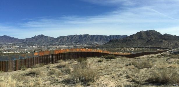 Trecho do muro entre Ciudad Juárez e El Paso que está sendo reforçado  - BBC