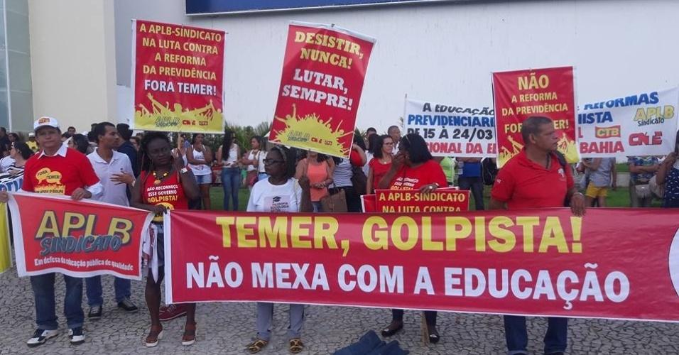 15.mar.2017 - Em Salvador, professores e representantes de centrais sindicais bloquearam a avenida Antonio Carlos Magalhães, uma das principais da cidade